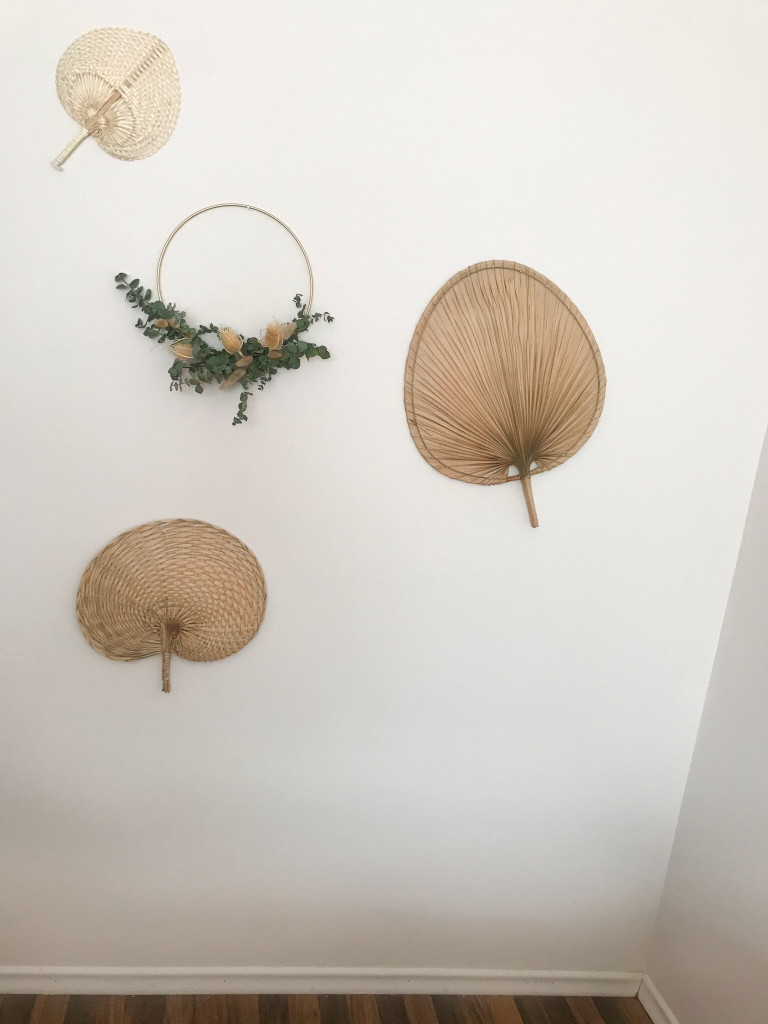Trockenblumen als Kranz an der Wand